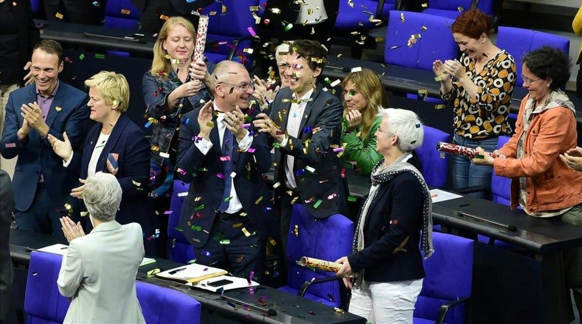 Diputados alemanes celebrando en Berlín la legalización del matrimonio homosexual.