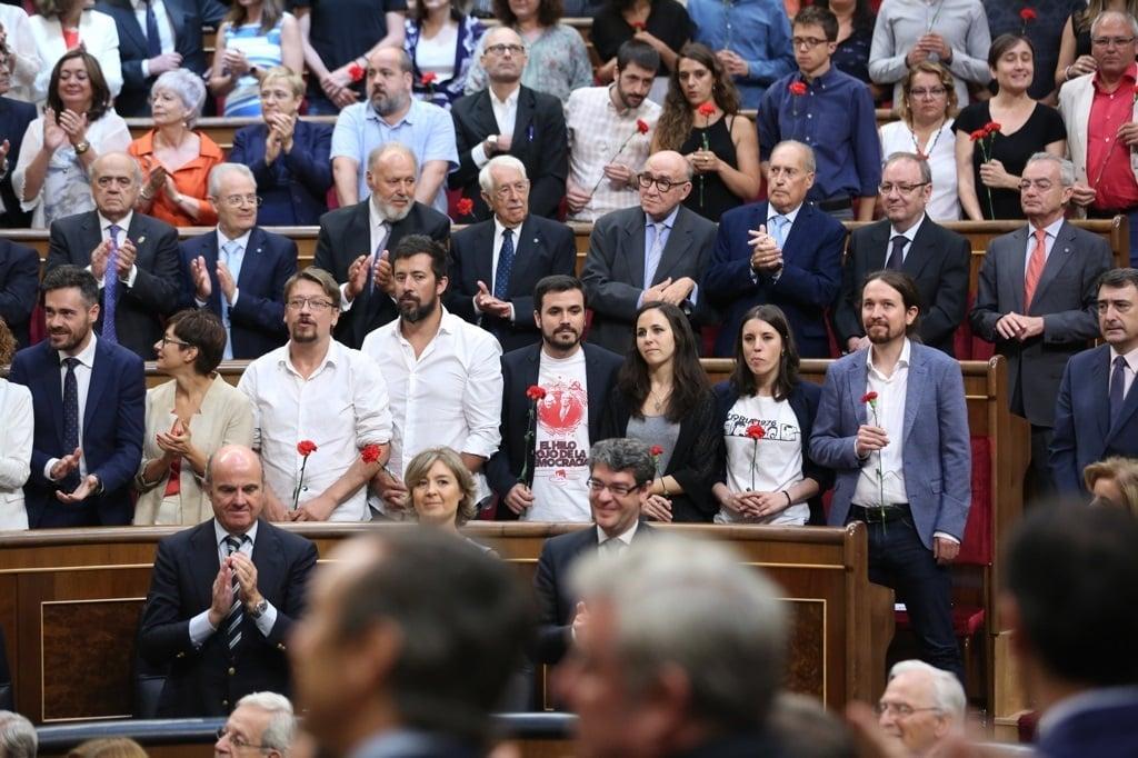 Diputados de Unidos Podemos con claveles rojos en el 40 aniversario de las elecciones de 1977.