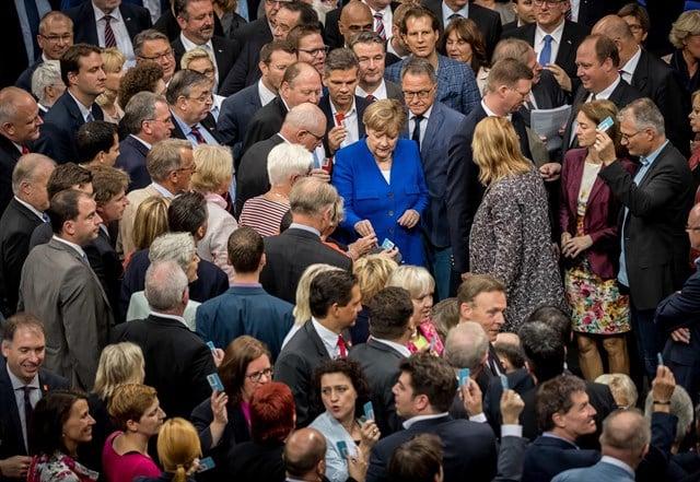 Merkel llegando al Parlamento para la votación.