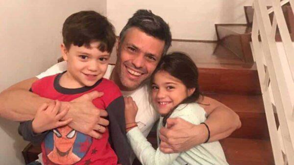 Leopoldo López con sus hijos tras salir de prisión