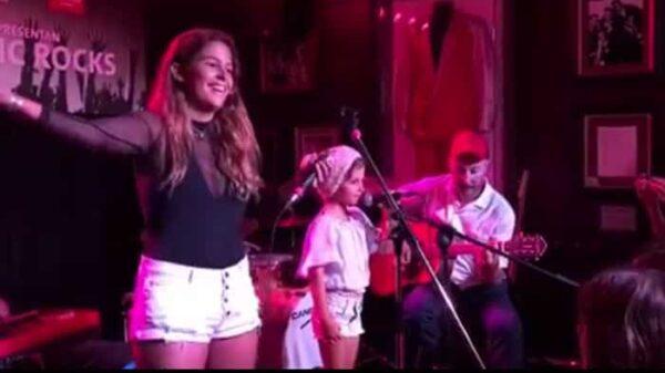Dora Postigo junto a su hermana, June, y su padre, Diego, en su primer concierto