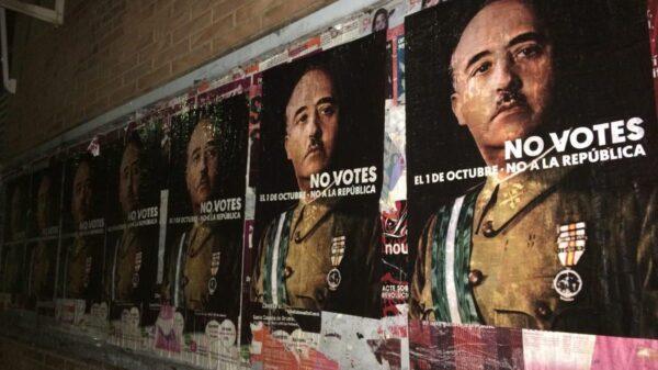 Algunos de los carteles pegados en Barcelona con la cara de Franco