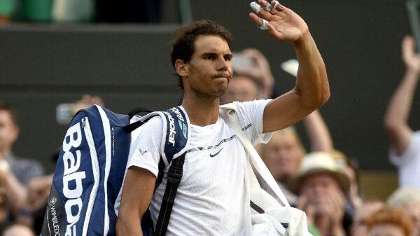 Rafa Nadal despidiéndose de Wimbledon tras perder contra Gilles Muller
