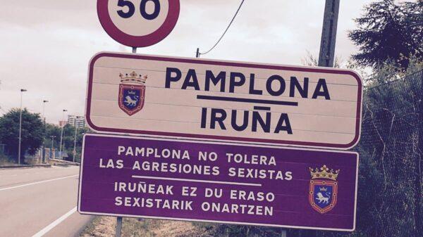 Cartel a la entrada de Pamplona