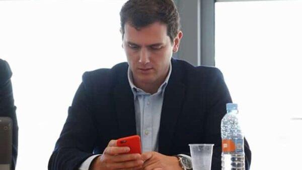 Albert Rivera, con el móvil