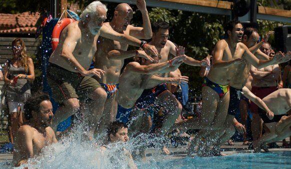 Raül Romeva tirándose a la piscina con su bañador con la estelada