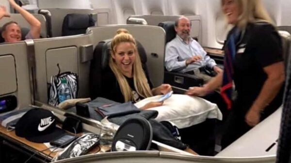 Shakira se ríe ante la sorpresa de la azafata,