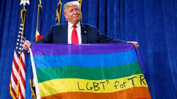 Donald Trump con una bandera LGTB durante la campaña electoral
