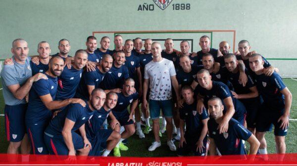 Los jugadores del Athletic con la cabeza rapada, junto a Yeray