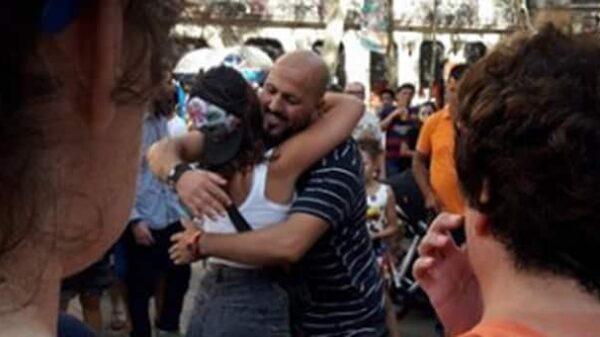 Un hombre musulmán reparte abrazos en La Rambla