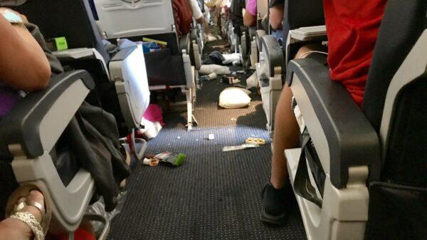 Caos en el avión tras las turbulencias (Foto: @efnov6)