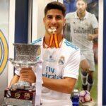 Marco Asensio con el trofeo de la Supercopa de España