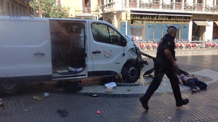 La furgoneta en la que iba el conductor que ha atropellado a varias personas en La Rambla