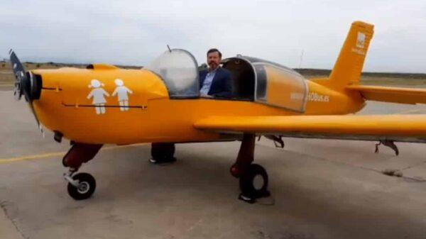El presidente de Hazte Oír, Ignacio Arsuaga, en la avioneta