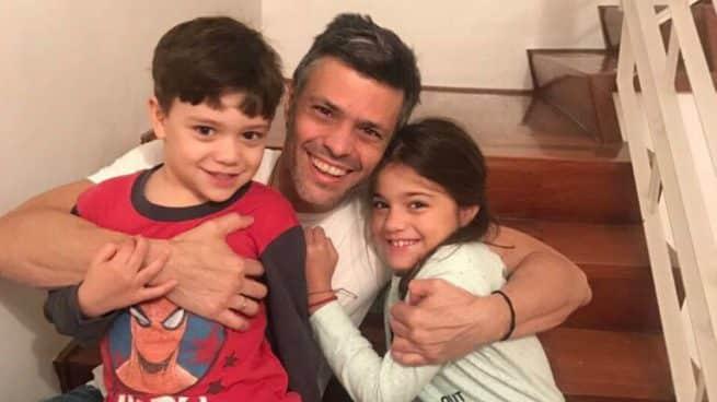 Leopoldo López junto a sus dos hijos tras salir de prisión a principios de julio