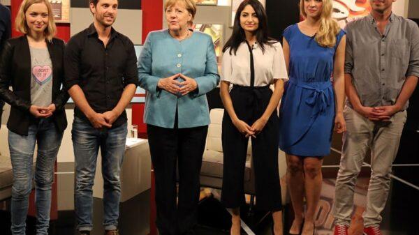 Merkel con alguno de los youtubers que le han entrevistado