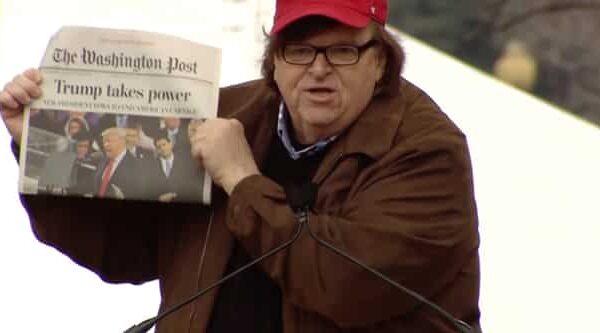 El cineasta americano Michael Moore en una marcha anti Trump