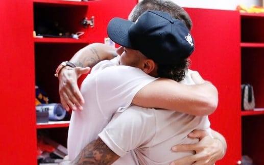 Gerard Piqué y Neymar fundiéndose en un abrazo
