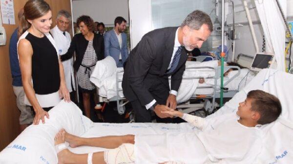 Los Reyes Felipe y Letizia en su visita al Hospital del Mar