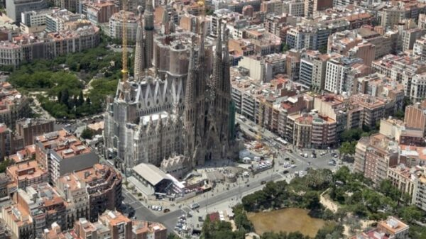 La Sagrada Familia en mitad de Barcelona