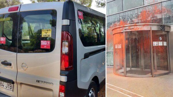 """Un vehículo con la pegatina """"Este coche sobra"""" y la sede de la Agencia Vasca de Turismo llena de pintura"""