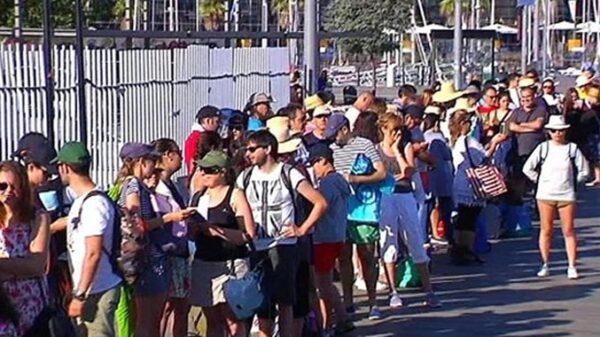 Turistas esperan para embarcar hacia las islas Cíes