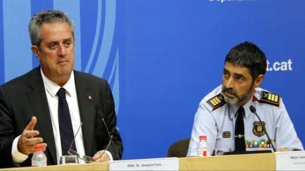 El consejero de Interior catalán, Joaquim Forn, con el mayor Trapero