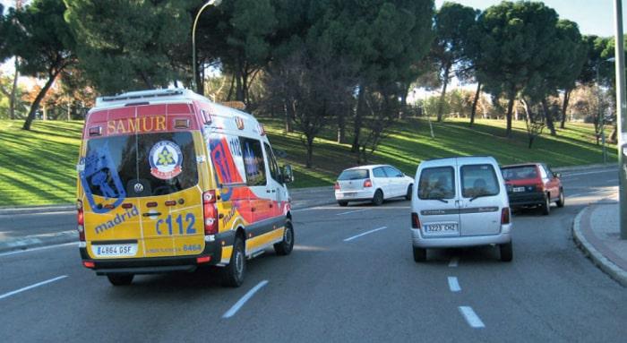 Una ambulancia en carretera