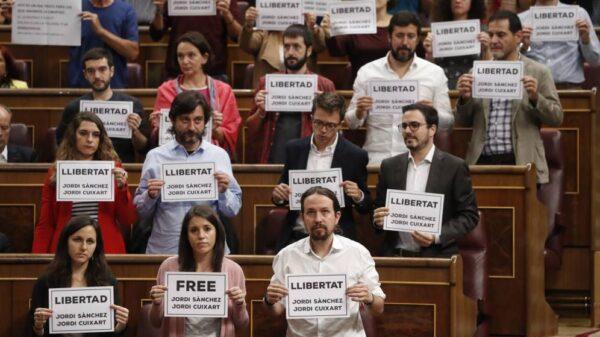 Diputados de Unidos Podemos y PDeCAT muestran carteles pidiendo la libertad de los Jordis
