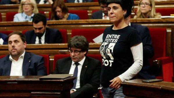 Anna Gabriel pasa delante de Puigdemont y Junqueras este martes en el Parlament