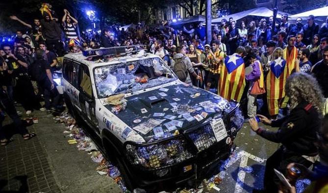 Un coche de la Guardia Civil tras la concentración independentista que ha llevado a la cárcel a Sànchez y Cuixart
