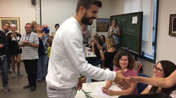 Gerard Piqué votando en el referéndum este domingo
