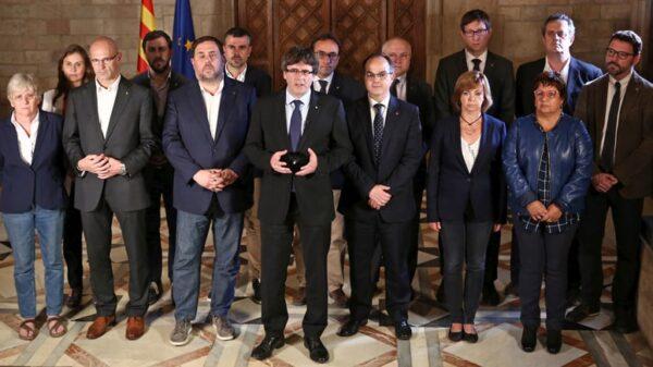 Carles Puigdemont acompañado de todo el Gobierno catalán durante su comparecencia institucional