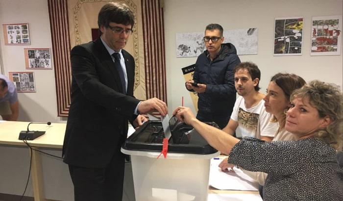 Carles Puigdemont votando en el referéndum ilegal