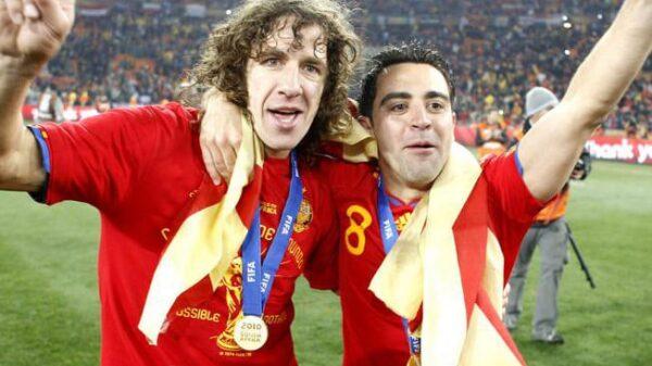 Carles Puyol y Xavi Hernández en una celebración con la selección española