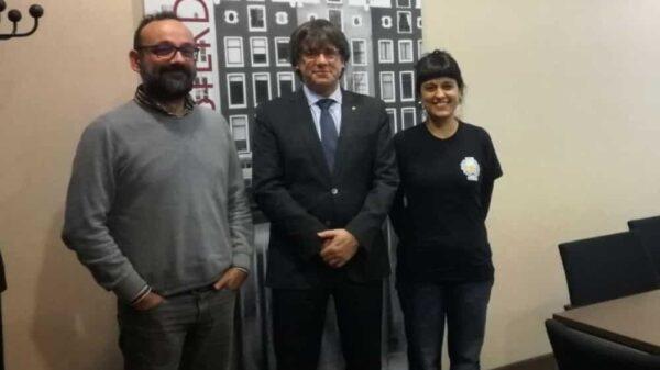 Carles Puigdemont, en el centro, junto a Benet Salellas y Anna Gabriel en Bruselas