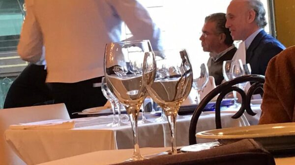 Francisco Granados y Eduardo inda comiendo en un restaurante de Madrid