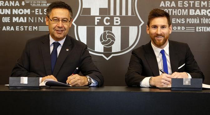 Josep Maria Bartomeu y Leo Messi, en la firma del contrato la mañana de este sábado