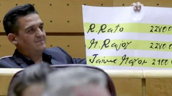 Carles Mulet le saca a Rajoy los 'papeles de Bárcenas' en el Senado
