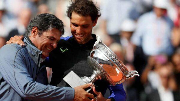 Toni y Rafa Nadal abrazan el trofeo de Roland Garros, el pasado mes de junio en París