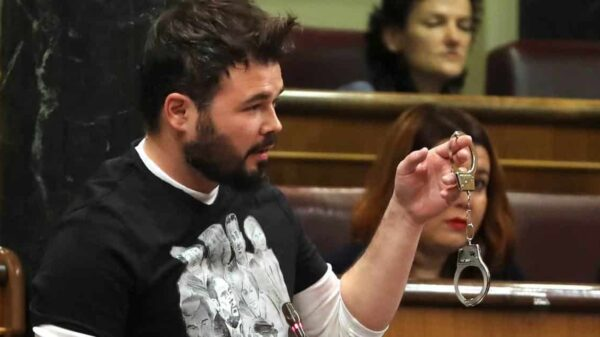Gabriel Rufián mostrando unas esposas en el Congreso