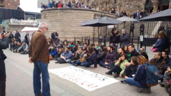 Manifestantes impidiendo la entrada a la Sagrada Familia de Barcelona