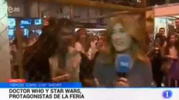 Reportera de TVE con un actor vestido de zombie