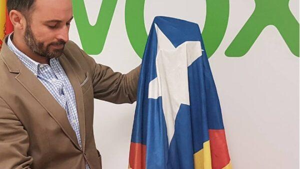 Santiago Abascal, líder de VOX, cortando una estelada en una imagen de su cuenta de Instagram