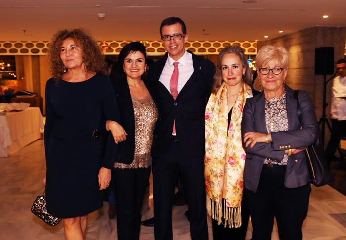 Damas diplomáticas y directivos del Centro Riojano de Madrid junto a Adela Reina