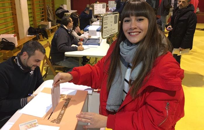 Aitana, de 'OT 2017', votando en las elecciones catalanas