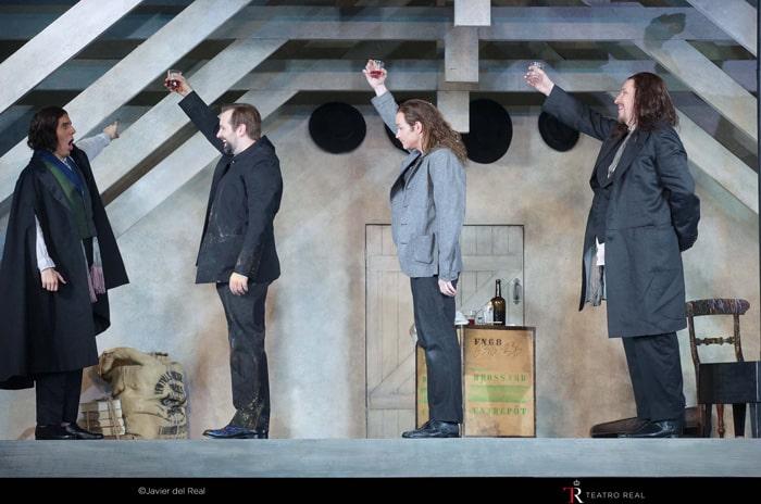 El barítono Joan Martín-Royo ('Schaunard') / barítono Etienne Dupuis ('Marcello') / tenor Stephen Costello ('Rodolfo') / bajo Mika Kares ('Colline')