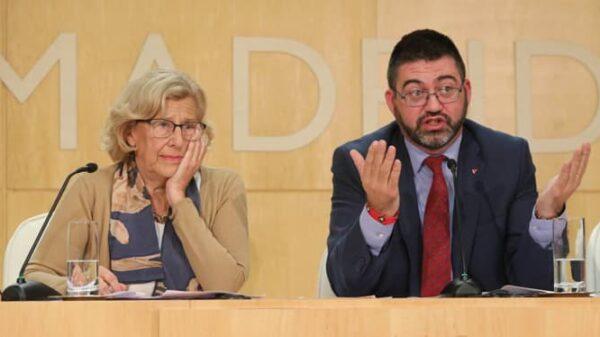 El destituido Carlos Sánchez Mato con Manuela Carmena