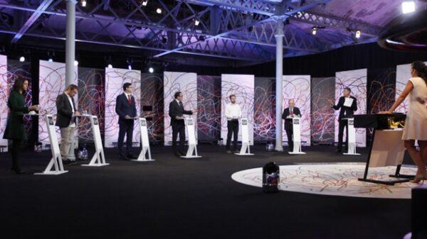 Un momento del debate entre candidatos y representantes