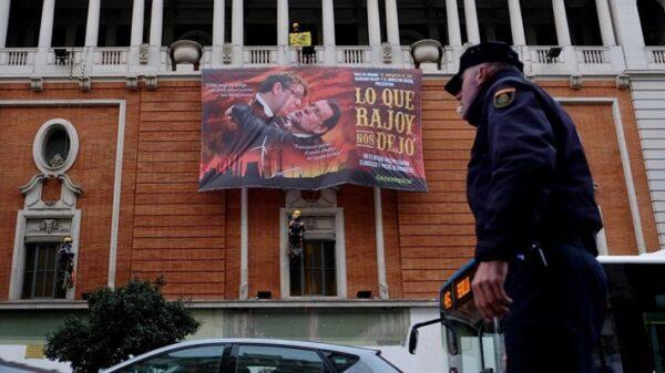 Cartel colocado por Greenpeace en la Gran Vía de Madrid